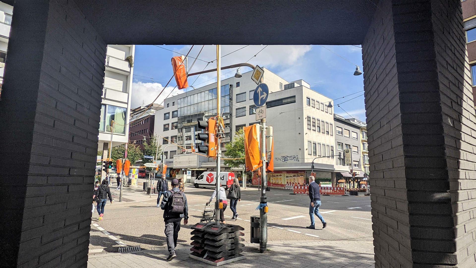 """Straßnekreuzung, Menschen, Autos, urbane Gebäude: Das ehemalige Sinn-Leffers-Kaufhaus in der Pforzheimer Innenstadt ist laut CDU-Fraktion """"zu wichtig, um es unkontrolliert dem Markt zu überlassen""""."""