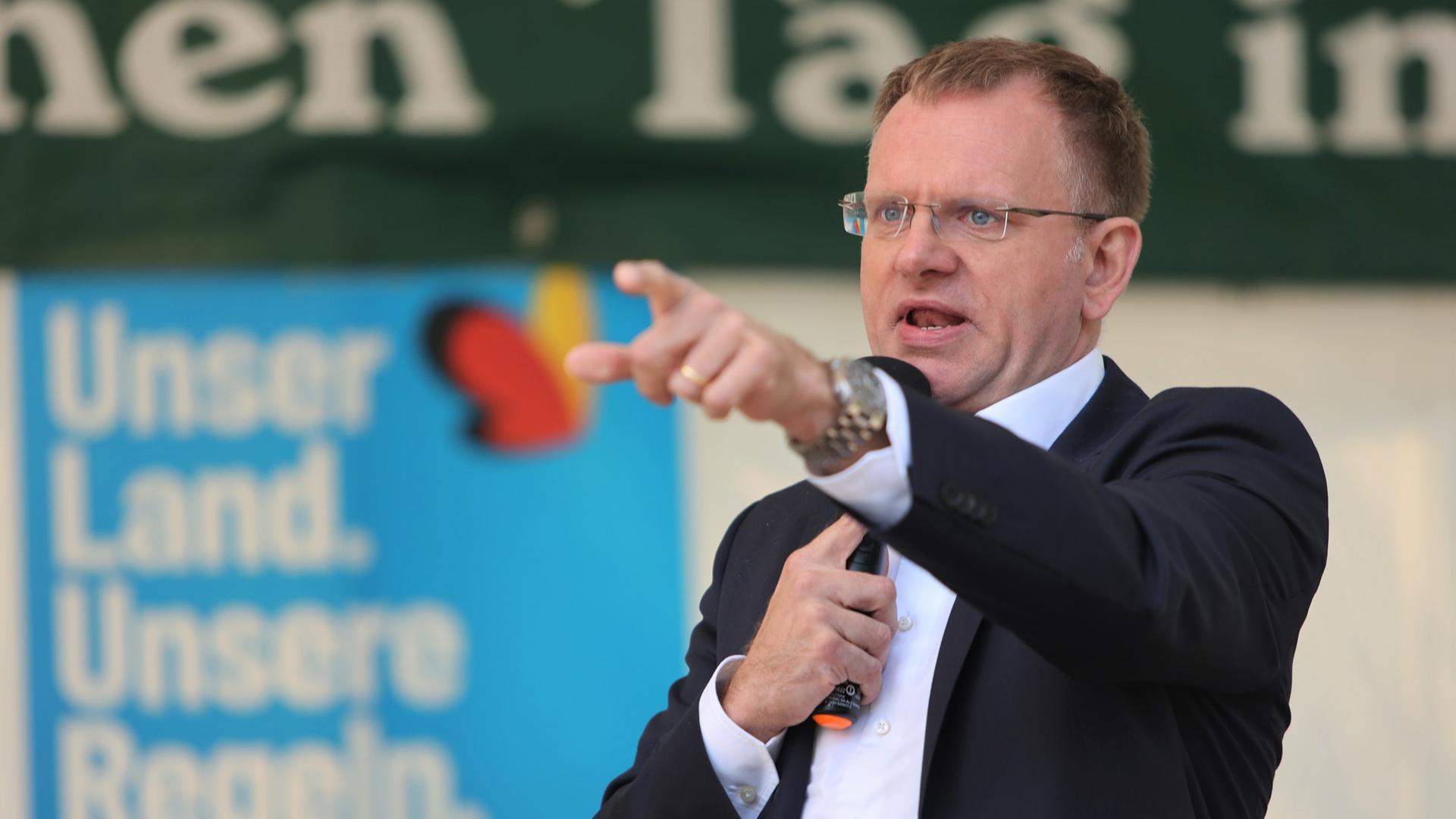 Harte Worte: AfD-Bundestagsabgeordneter Dirk Spaniel wettert am Mittwoch im Enzauenpark in Pforzheim gegen die Corona-Politik der Regierung.