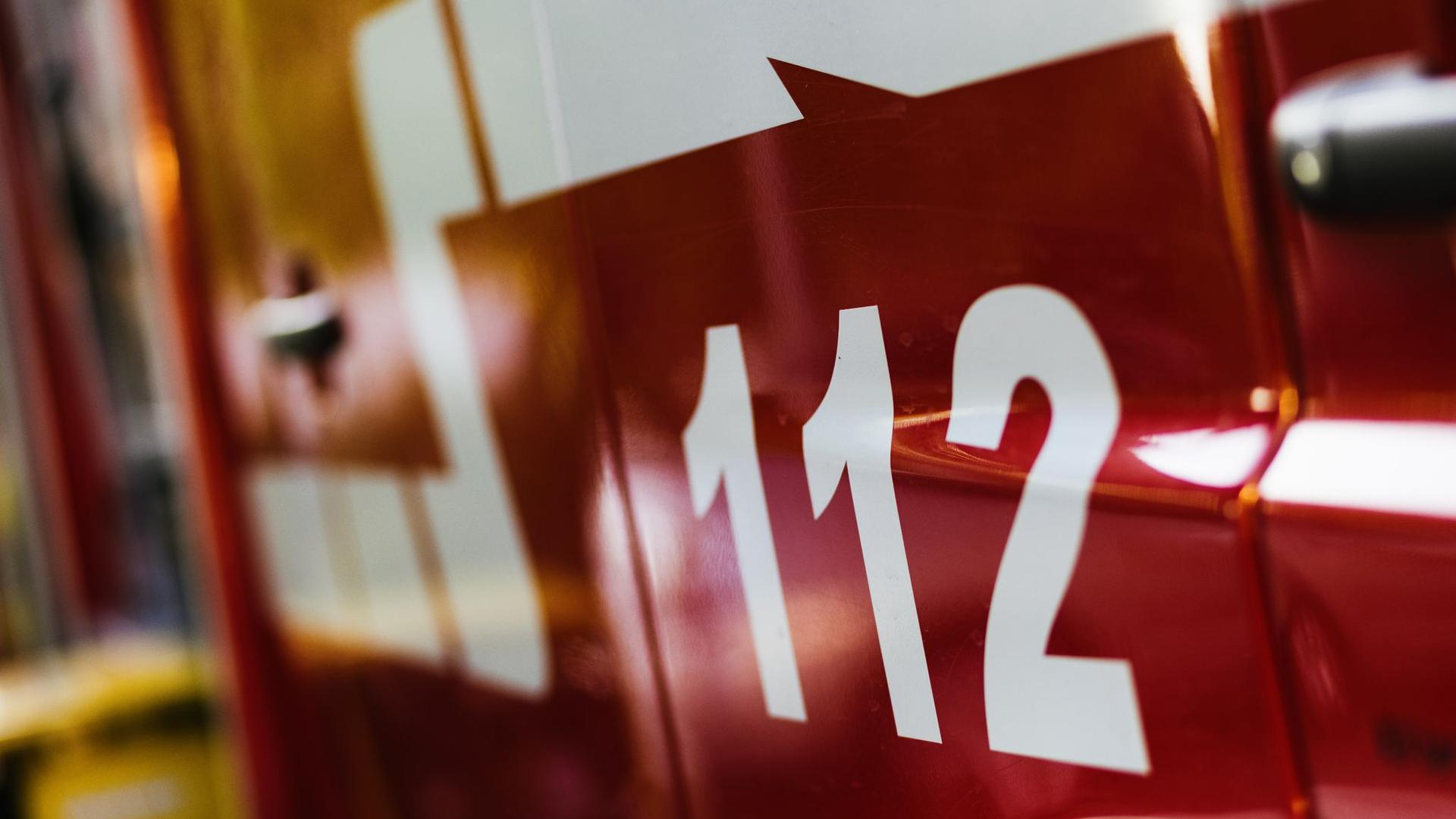 Ein Feuerwehrfahrzeug steht auf dem Hof eines Feuerwehrgerätehauses.