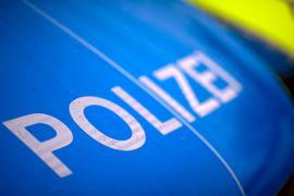"""Der Schriftzug """"Polizei"""" steht auf einemStreifenwagen."""