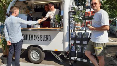 Am und im Kaffeemobil: Naëmi Klawitter, Mathias Dietz, Oliver Haller (von links).