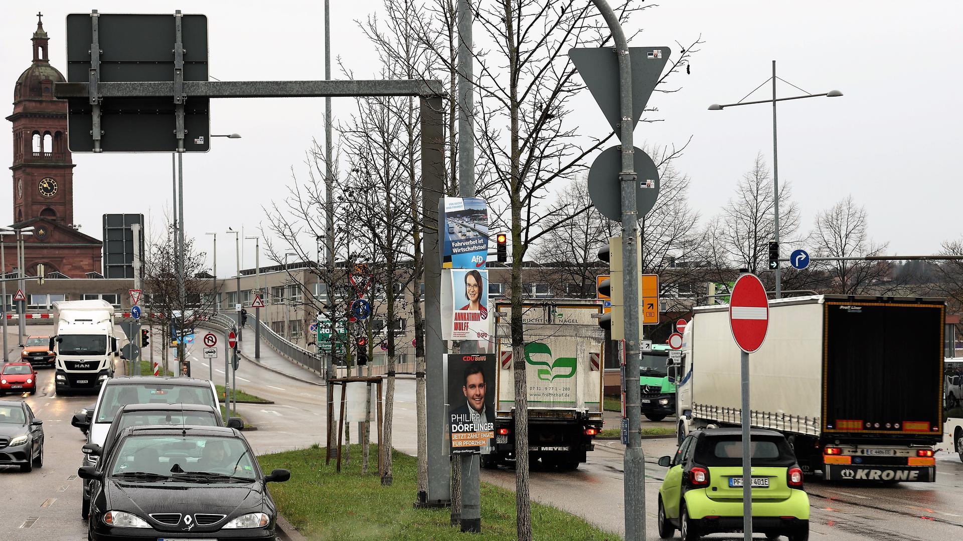 Auf einem Verkehrsteiler am Pforzheimer Hauptbahnhof werben am Dienstag Plakate von CDU, AfD und SPD um Stimmen für die Landtagswahl am 14. März. Allerdings dürften dort gar keine Wahlplakate aufgestellt sein.