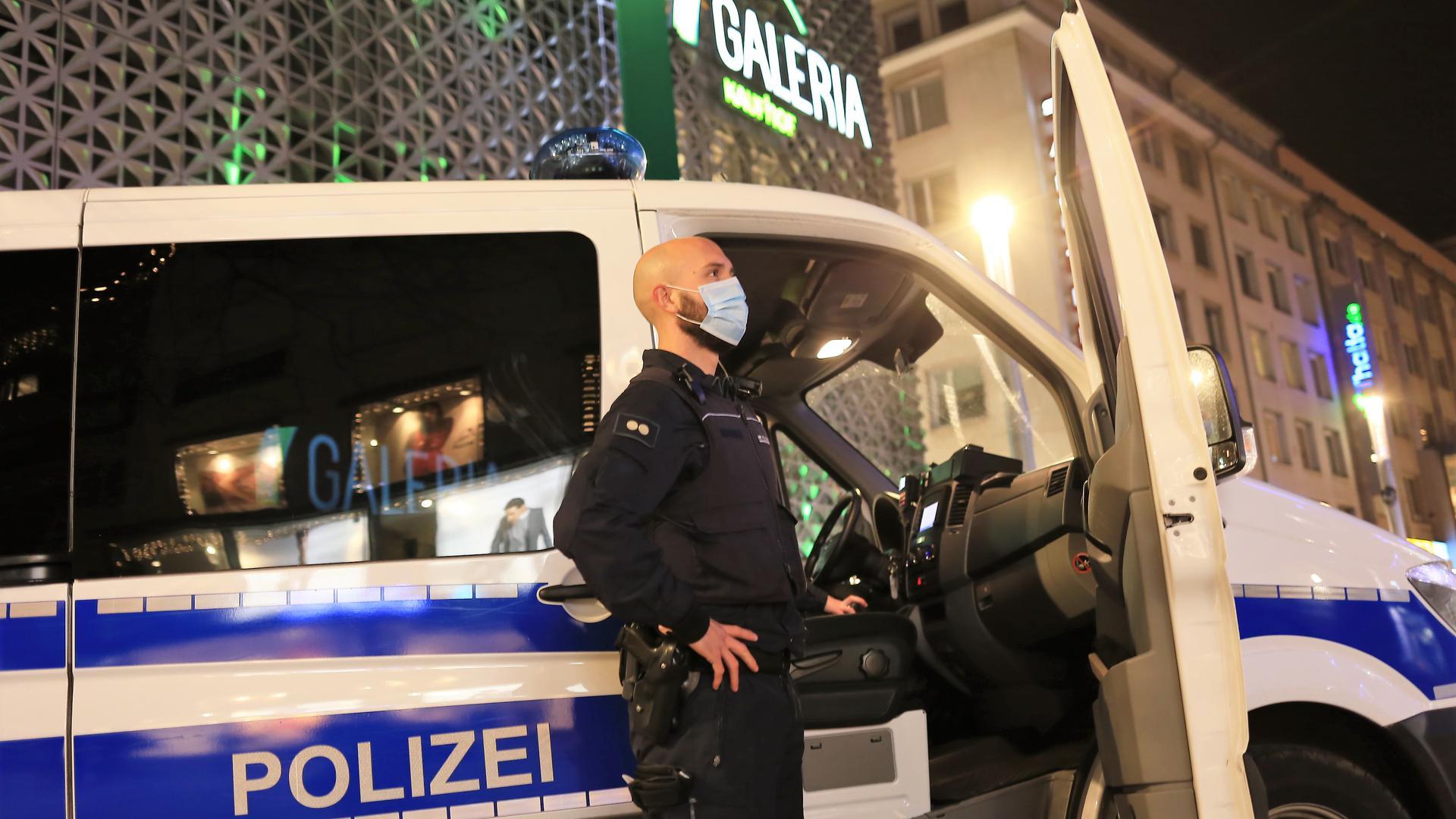 Auge des Gesetzes: Bereitschaftspolizisten aus Bruchsal kontrollieren am Donnerstag in der Pforzheimer Fußgängerzone die Corona-Regeln.