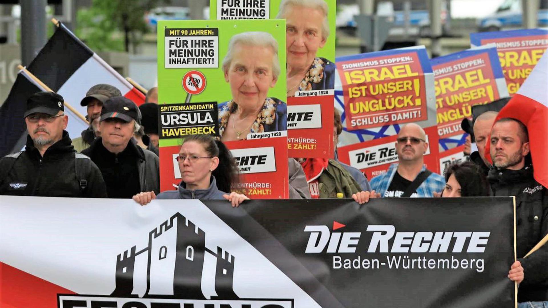 """Anhänger von Die Rechte marschieren mit Wahlplakaten und Fahnen:  Im Europawahlkampf 2019 war die Partei """"Die Rechte"""" in der Goldstadt unter anderem mit einer Demonstration aktiv."""