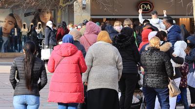 Andrang vor Geschäft: Den ganzen Tag über standen Kunden am Montag bei C&A in Pforzheim an.