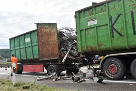 Aufwendige Bergung nötig: Nach einem Auffahrunfall am Mittwochmittag auf der A8 bei Pforzheim muss die Strecke Richtung Karlsruhe mehrere Stunden teilgesperrt werden. Ein beteiligter LKW verlor eine größere Menge Schrott.