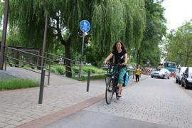 Mehr Radwege, weniger Autos: Das fordert Marthe Soncourt, die für Critical Mass im Mobilitätsbeirat sitzt. Zusammen mit anderen Fahrrad-Aktivisten sprach sie sich dort unter anderem für das Ende der Brötchentaste aus.