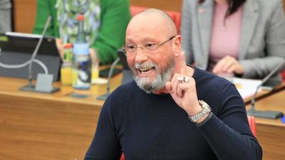 Stadtrat Uwe Hück spricht im Pforzheimer Gemeinderat