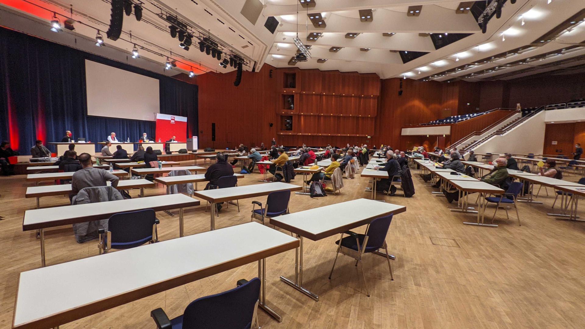 Abstand gewahrt: Die SPD Pforzheim bei der Wahl ihrer Delegierten am Mittwoch im Congresscentrum Pforzheim, Blick in den großen  Saal