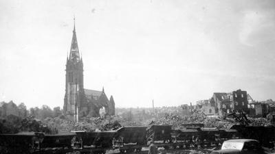 Bilder des Grauens: Der Feuersturm, entfacht durch den Luftangriff britischer Bomber am 23. Februar 1945, hinterließ die Pforzheimer Innenstadt als einziges Trümmerfeld. Auch die Stadtkirche wurde zerstört. An diesem Abend starben weit über 17.000 Menschen.