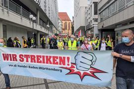 Warnstreik in der Fußgängerzone: Streikende aus dem Einzelhandel am Freitagmorgen vor Galeria Kaufhof in Pforzheim