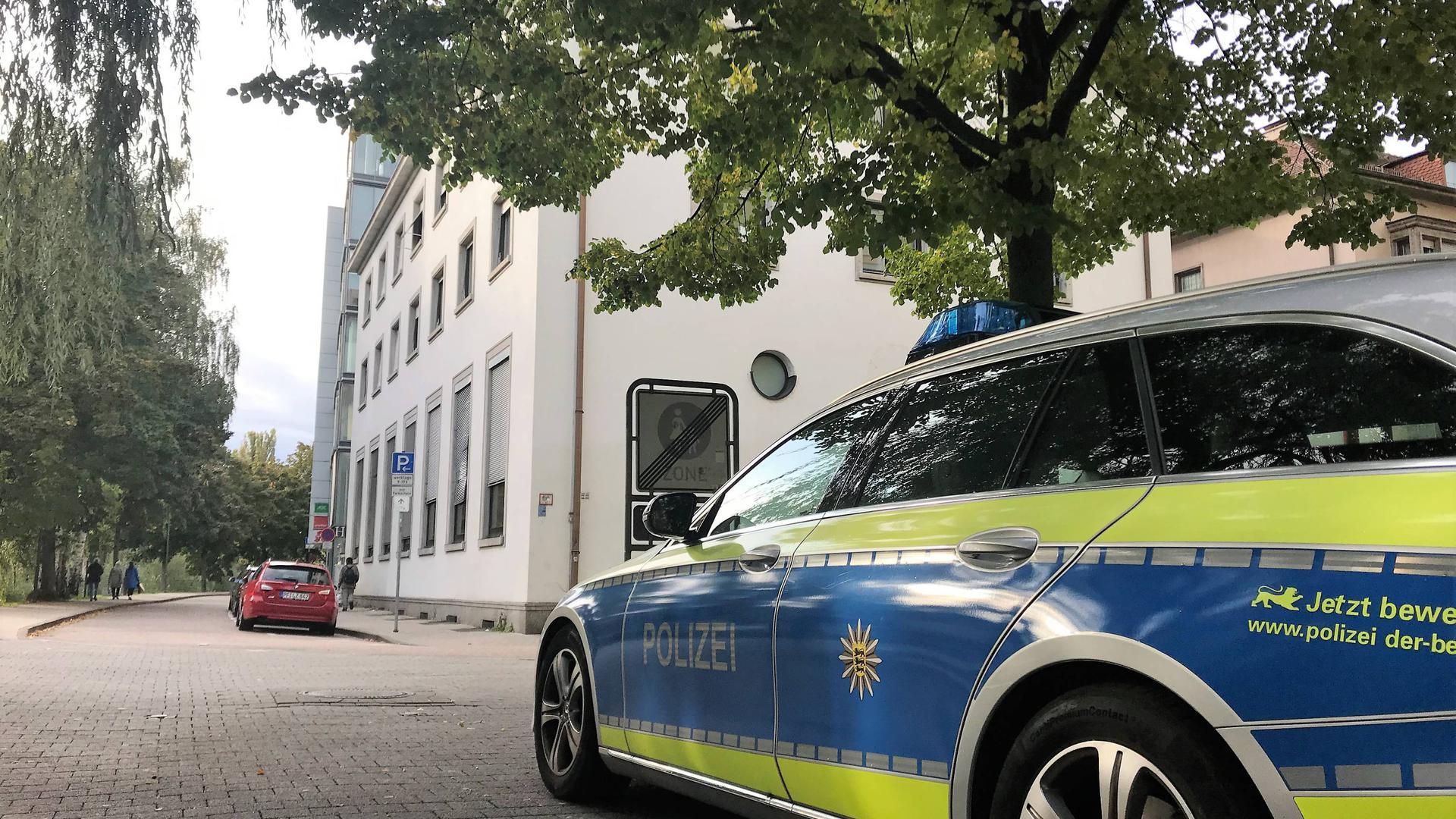 Diskret bewacht: Eine Polizeistreife parkt am Mittwochnachmittag nahe der Räumlichkeiten der Jüdischen Gemeinde in Pforzheim. In der Synagoge feierten rund 100 Gläubige das Jom-Kippur-Fest.