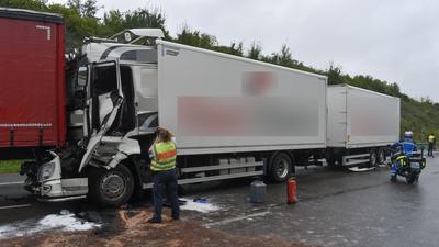 Ein zerstörter Lkw steht nach einem Unfall auf der A8 bei Pforzheim.