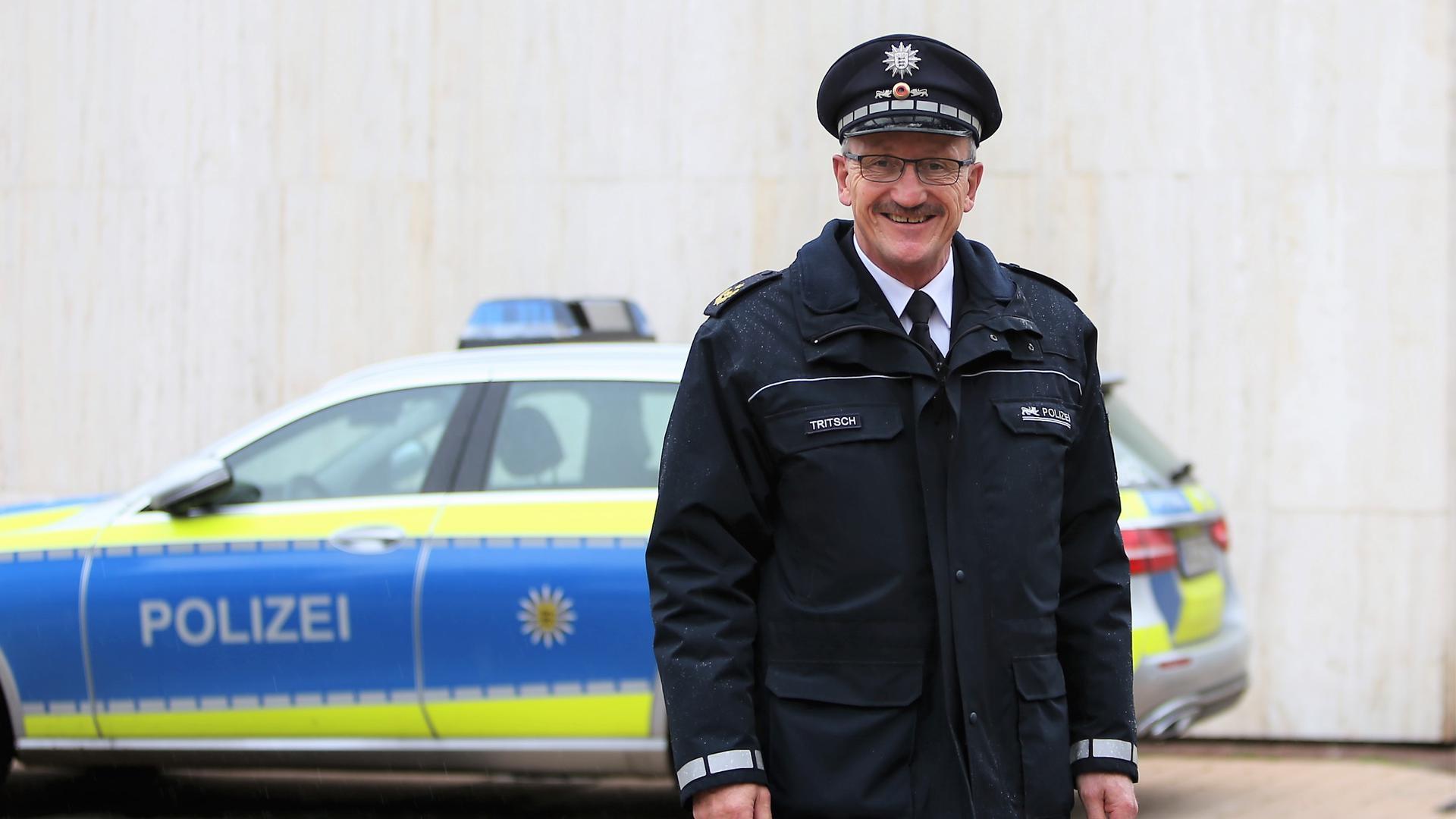 Polizeipräsident Wolfgang Tritsch in Uniform vor dem Polizeipräsidium in der Pforzheimer Bahnhofstraße