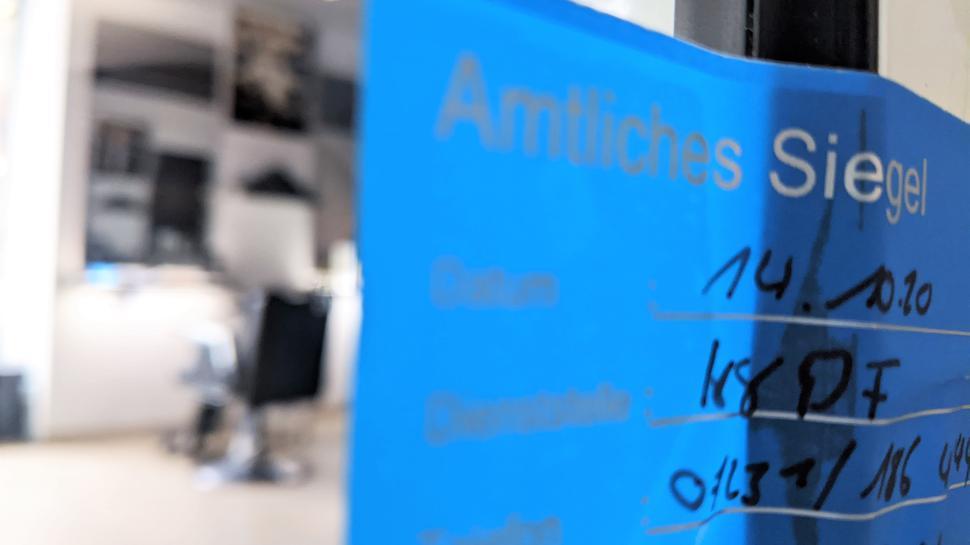 Versiegelt: Mit einem amtlichen Dienstsiegel verschlossen bleibt am Donnerstag das Friseurgeschäft in der Pforzheimer City.