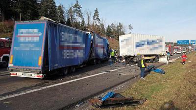 Nach dem tödlichen Unfall auf der A8 bei Pforzheim sollen Gaffer die Tür eines Rettungswagens geöffnet haben, um den Verletzten sehen zu können.