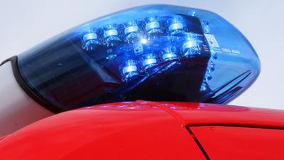 Ein Blaulicht leuchtet auf einem Einsatzwagen der Feuerwehr.