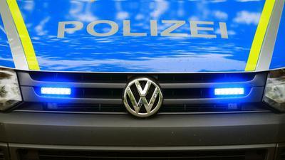 Ein Fahrzeug der Polizei ist im Einsatz.