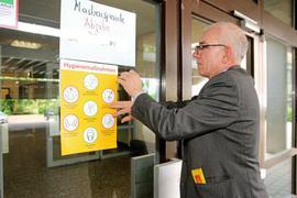 Über Hygienemaßnahmen informiert ein Poster (hier Schulleiter Kai Adam) die Reuchlin-Schüler.