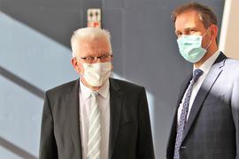 Winfried Kretschmann mit Enzkreis-Landrat Bastian Rosenau bei einem Besuch des Ministerpräsidenten in Remchingen