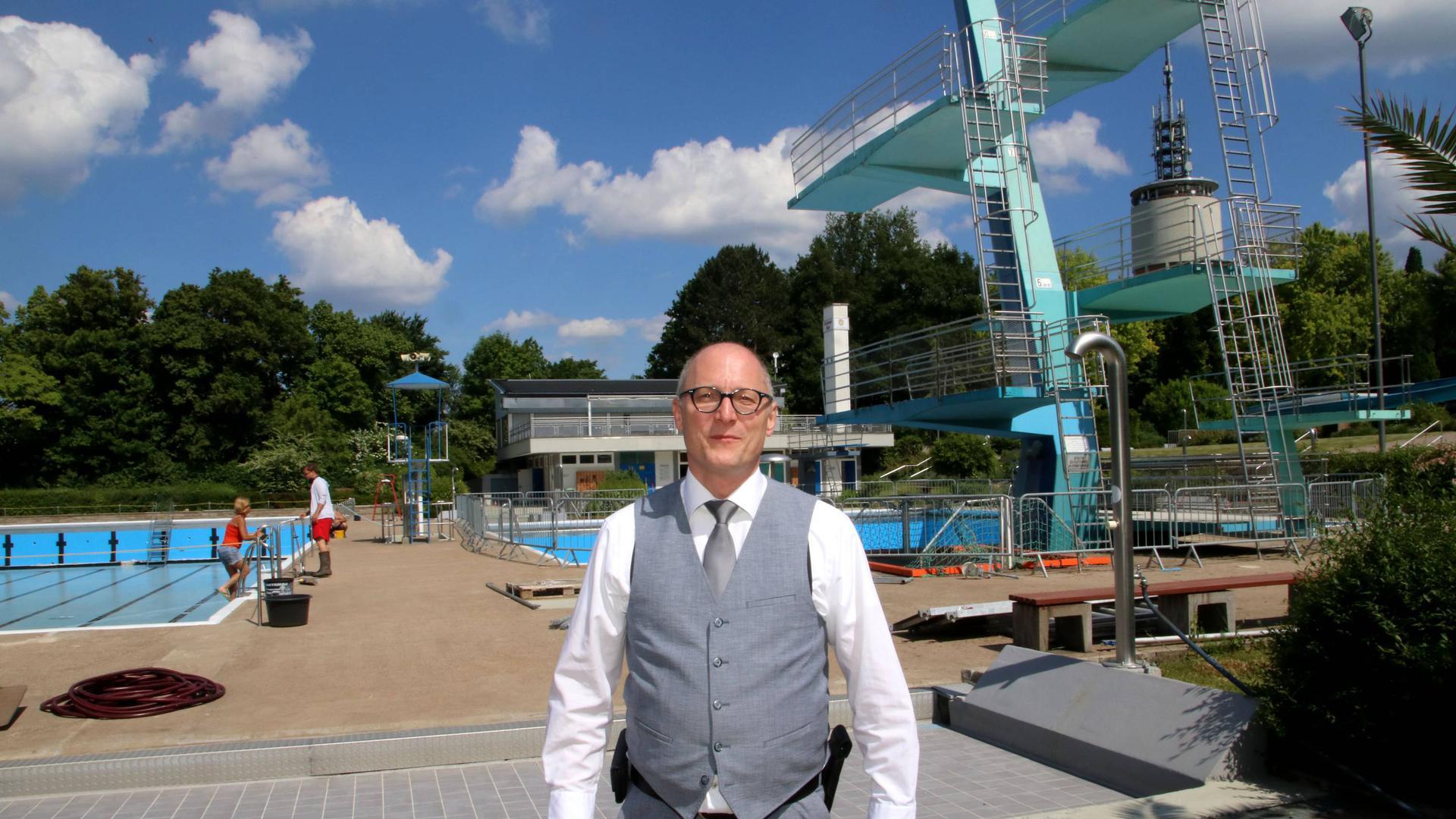 Lutz Schwaigert, einer der Verantwortlichen für Pforzheims Bäder, hat mit seinen Mitarbeitern noch viel zu tun, bis das Wartbergfreibäder und das Nagoldbad startklar sind.