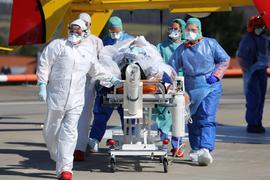 Auf dem Dach der Siloah-Klinik in Pforzheim nehmen Kollegen von Corona-Chefarzt Thushira Weerawarna einen schwer erkrankten Covid-19-Patienten in Empfang.