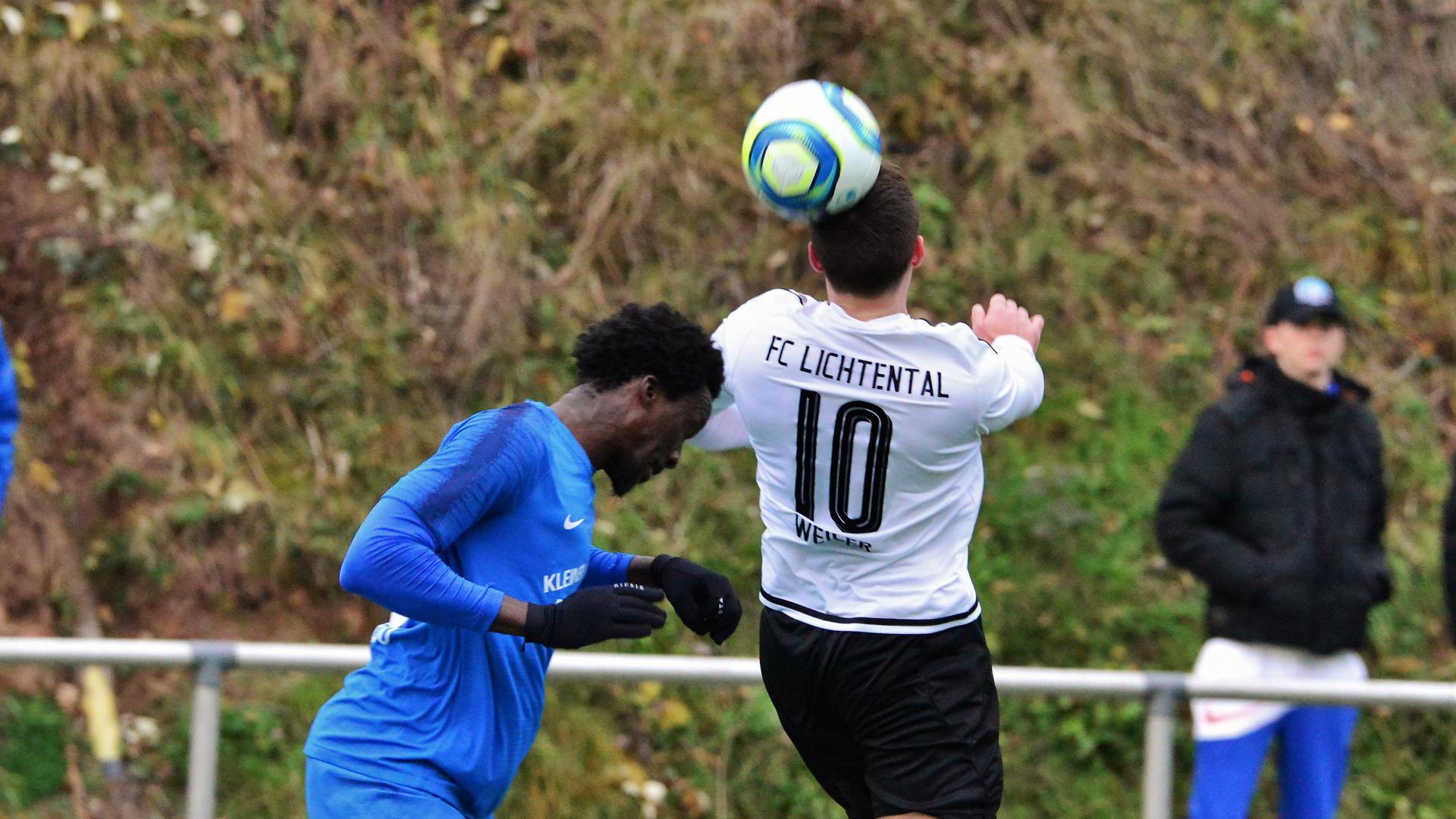 Patrik Weiler vom FC Lichtental gewinnt ein Kopfballduell gegen Jallow Mamadou vom FV Baden-Oos.
