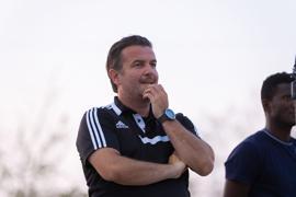Nachdenklich: Der Fußball fehlt Mirko Schneider. Der Trainer des Oberligisten 1. FC Bruchsal steht mit seinen Spielern derzeit nur über die  Lauf-App und die WhatsApp-Gruppe in Kontakt.
