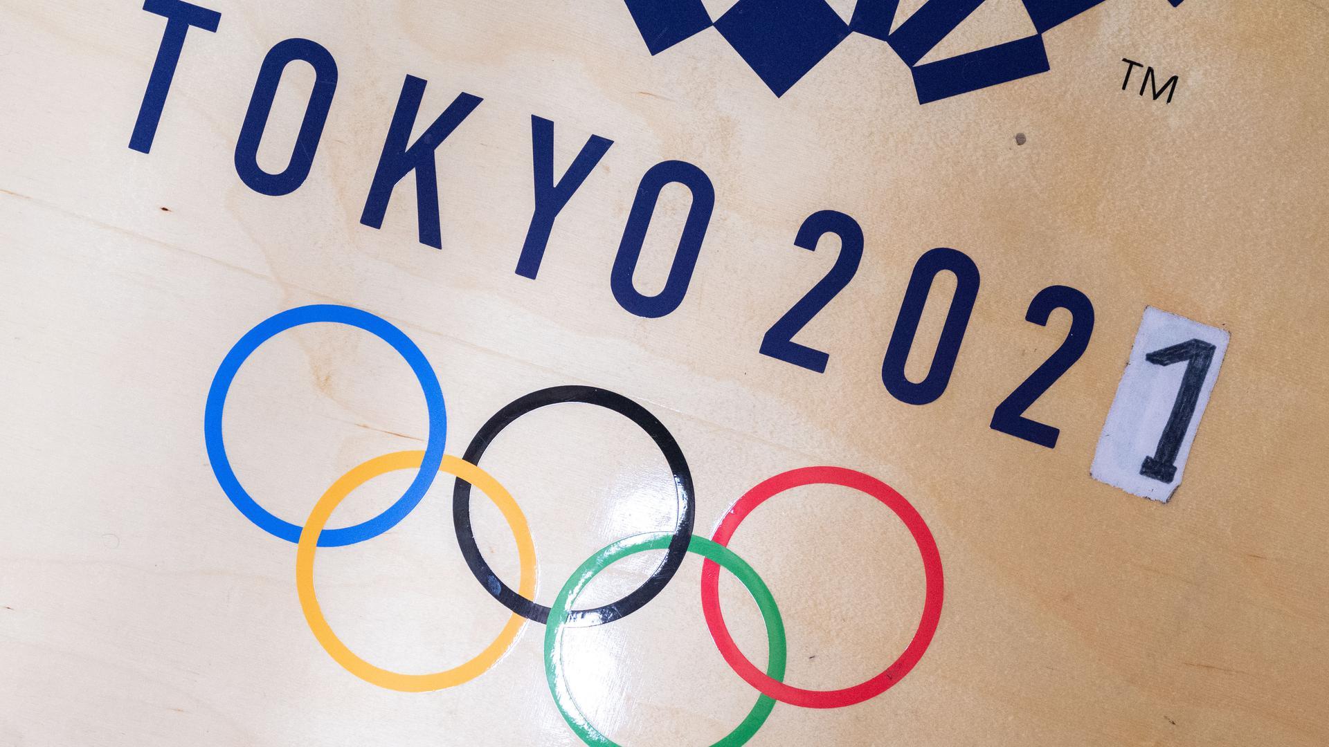 Die Ziffer 0 ist in der Jahreszahl 2021 eines Logos der olympischen Spiele in Tokio im Kraftraum des Ringers Frank Stäbler durch eine 1 überklebt. Trotz aller Ungewissheit versuchen die Olympia-Macher, die um ein Jahr verschobenen Sommerspiele zu retten. Eine Absage würde viel Geld kosten (zu dpa «Olympisches Risiko: Bei Tokio-Absage drohen Milliarden-Einbußen») +++ dpa-Bildfunk +++