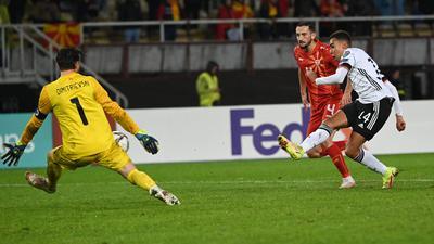 Die Nummer zwei der Geschichte: Jamal Musiala (weißes Trikot) war 18 Jahre alt bei seiner Torpremiere für Deutschland im Spiel gegen Nordmazedonien. Den 111 Jahre alten Rekord konnte auch er nicht knacken.