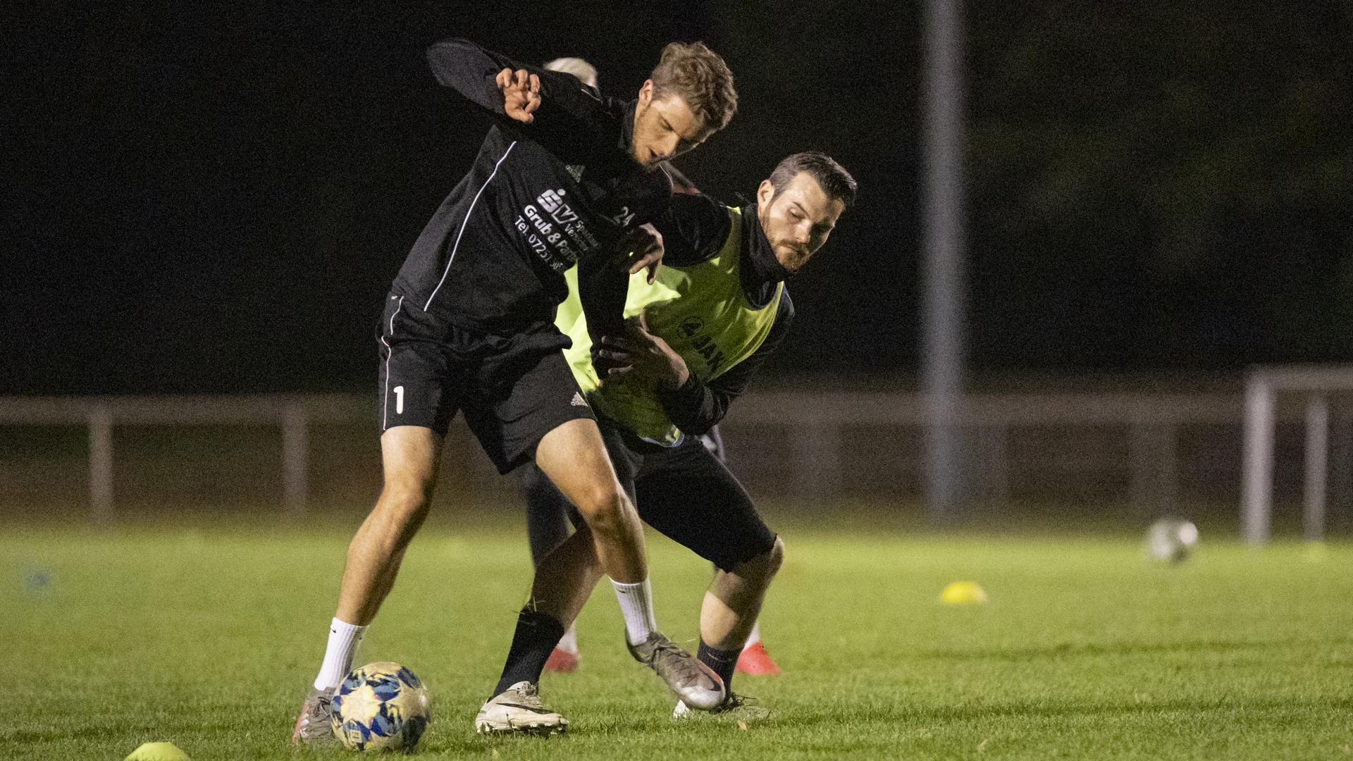 Macht den Anfang: Innenverteidiger Marlon Dinger (vorne) ist der erste Perspektivspieler des Karlsruher SC, der im Zuge der Kooperation nun auf Leihbasis für den 1. FC Bruchsal aufläuft.