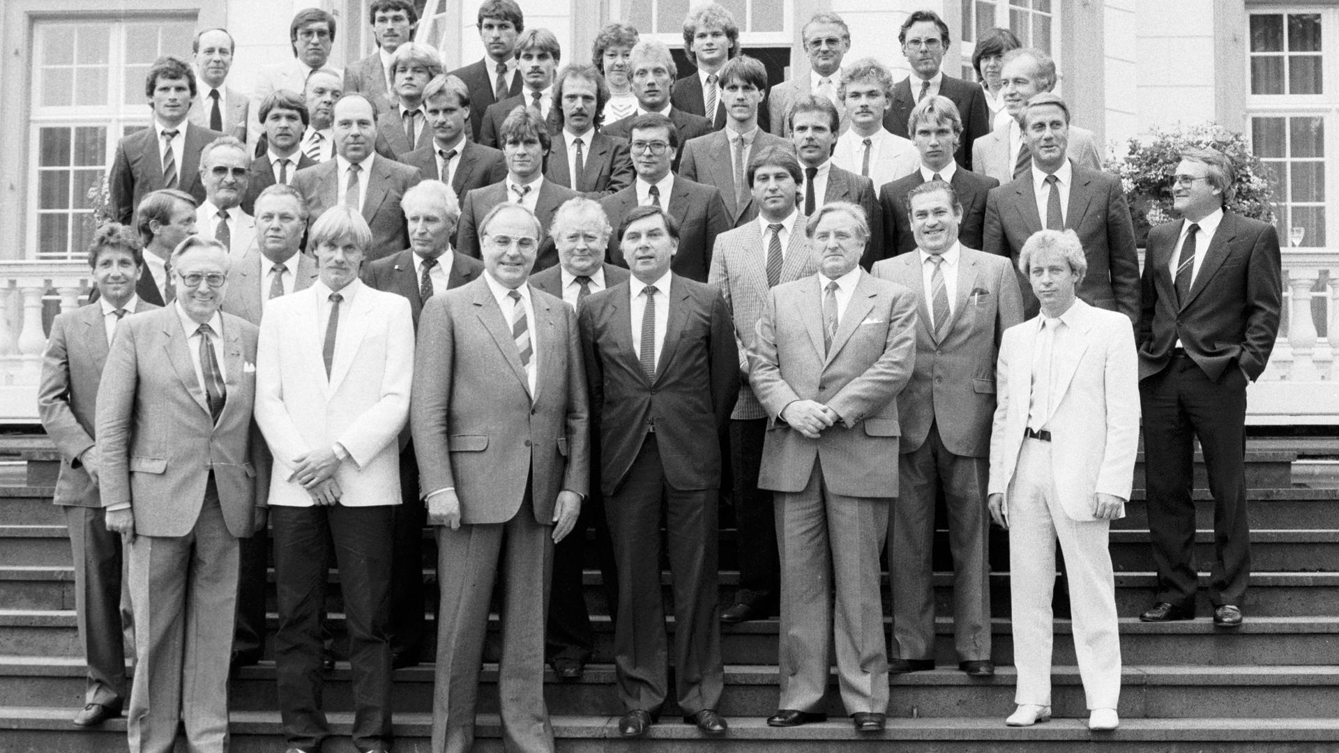 KSC beim Kanzler: Auf dem Foto mit Helmut Kohl (vordere Reihe, Dritter von links) ist Stephan Groß in der vierten Reihe ganz links zu sehen.