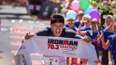 FOTO: Jochen BLUM; Bad-Schoenborn; DEU; 02.06.2019; Leichtathletik, Triathlon: Sparkasse Ironman 70.3 Kraichgau powered by KraichgauEnergie; im Bild: Sieger Jan Frodeno beim Zieleinlauf;
