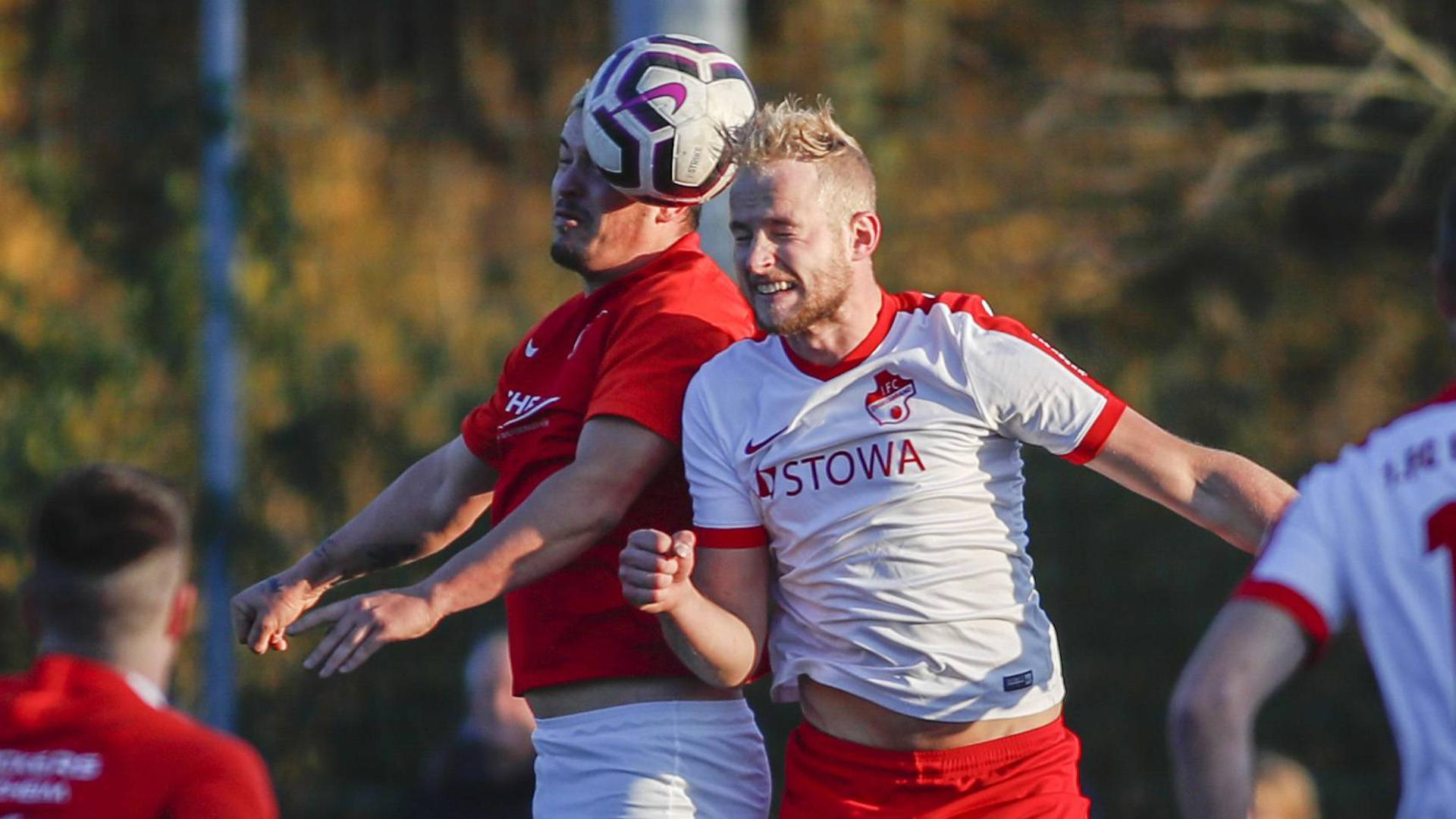 Dennis Zenko (rot, Kickers Pforzheim) gegen Niclas Grosse (weiß, FC Engelsbrand)
