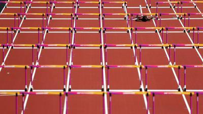 dpatopbilder - Leichtathletik: IAAF Weltmeisterschaft am 11.08.2017 im Olympiastadion in London (Großbritannien). Die Leichtathletin für Trinidad und Tobago, Deborah John, stürzt beim 100-Meter-Hürdenlauf der Frauen. Foto: Jonathan Brady/PA Wire/dpa +++ dpa-Bildfunk +++