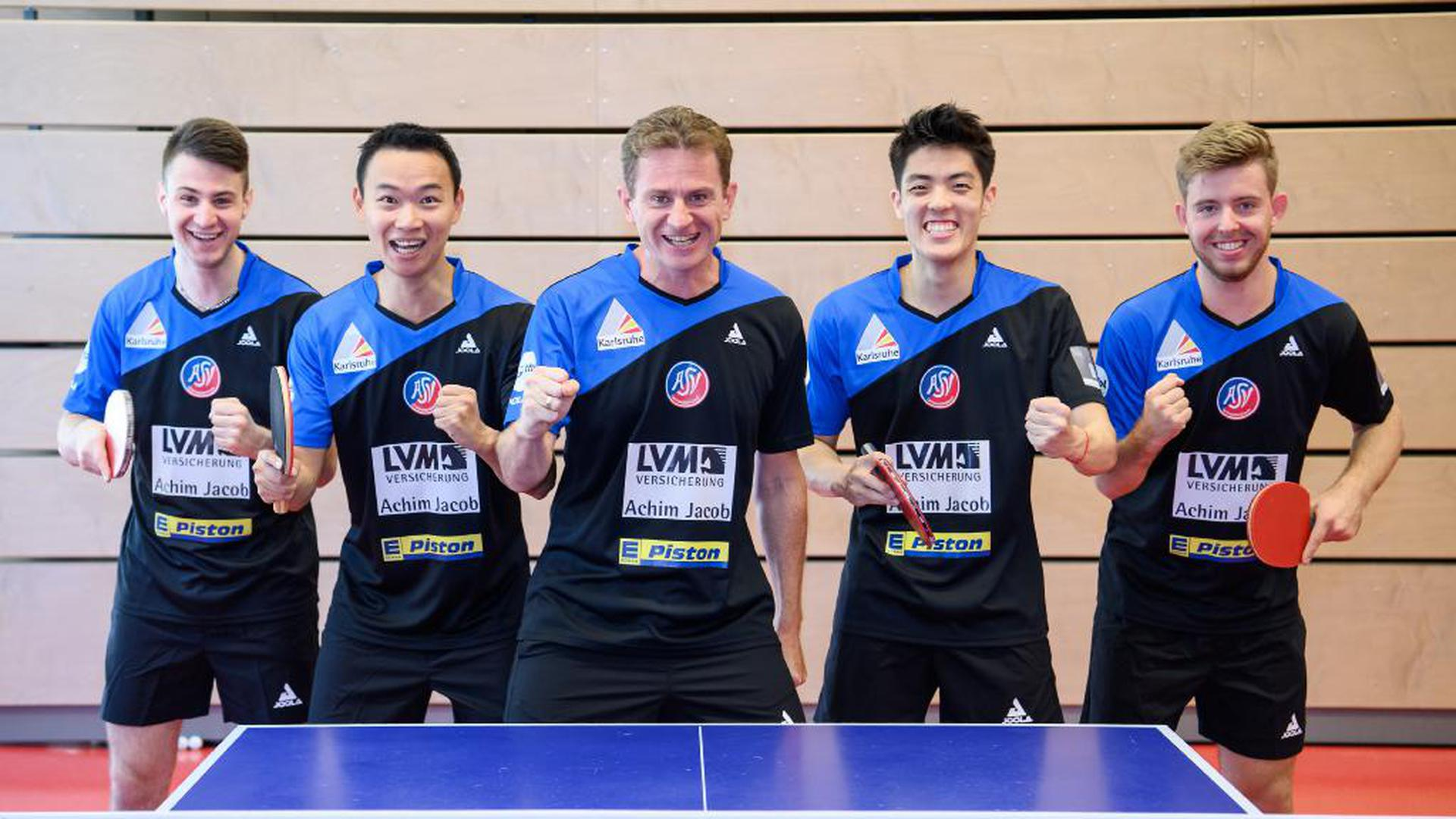 Mannschaftsfoto: Deni Kozul, Wang Xi, Trainer Joachim Sekinger, Dang Qiu, Tobias Rasmussen (Gruenwettersbach) (von links).  GES/ Tischtennis/ 1. Bundesliga: ASV Gruenwettersbach - Mannschaftsfototermin, 15.08.2020 --