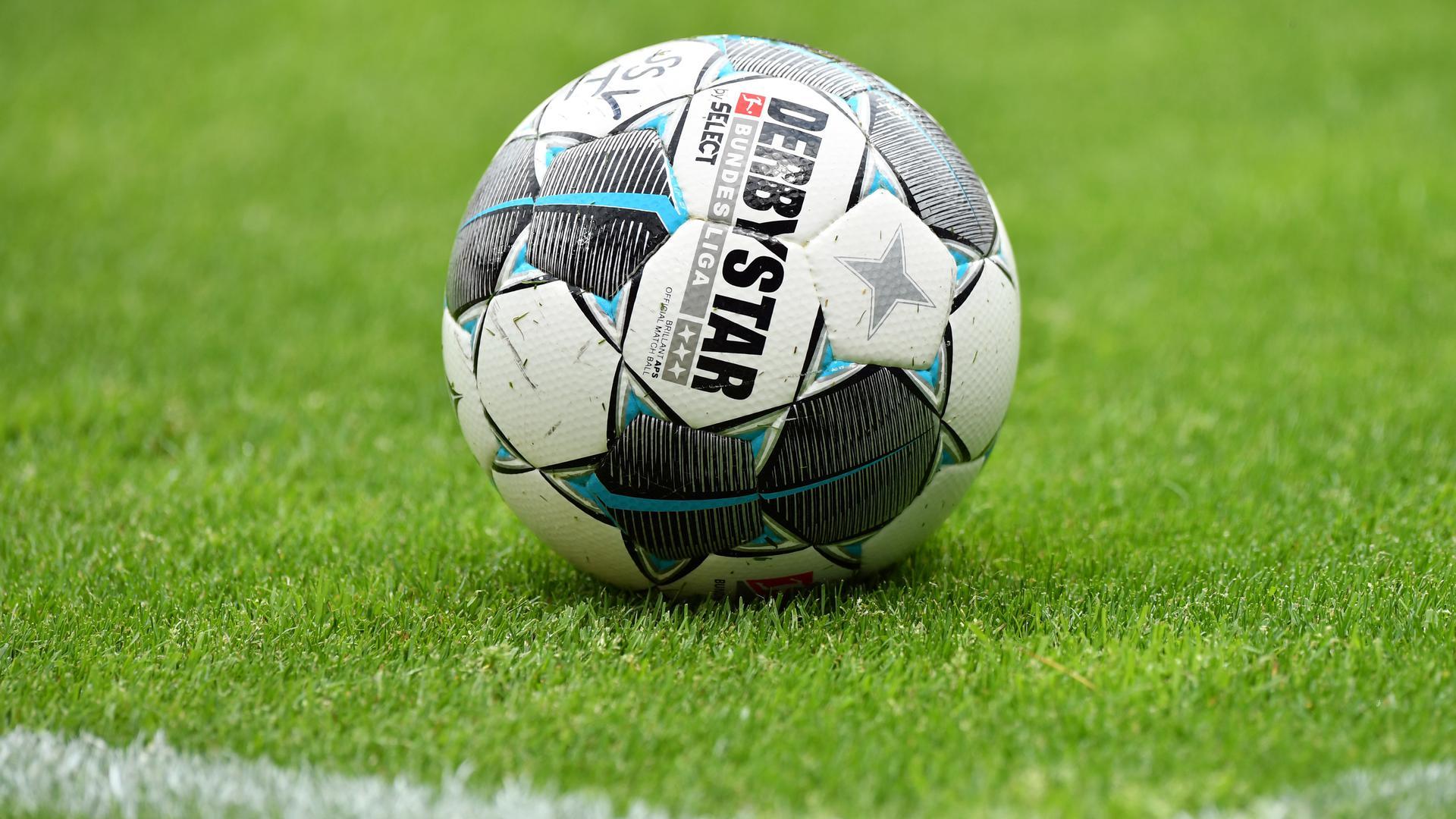 Der offizielle Spielball von Derbystar liegt auf dem Rasen.