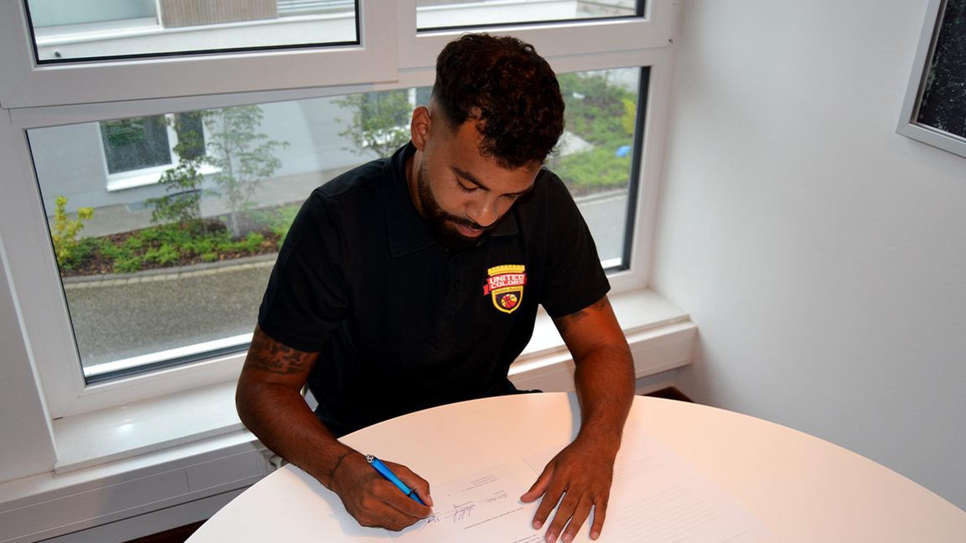 Unterschrift: Michael Baumer signiert im Juli 2020 den Trainervertrag beim Basketball-Oberligisten United Colors Baden-Baden.