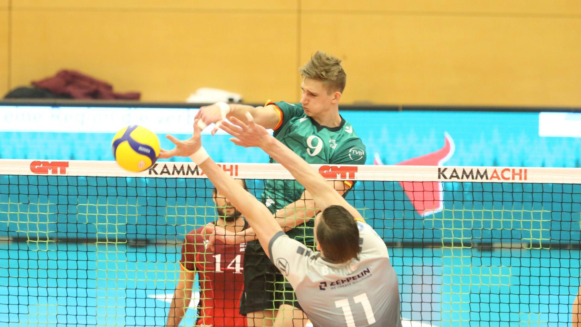 Großer Kampf: Mathäus Jurkovics überwindet im Play-off-Viertelfinale den Friedrichshafener Block und punktet für die Bisons Bühl