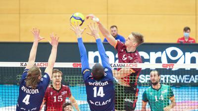 Kein Durchkommen: Der Bühler Mathäus Jurkovics (rechts) blieb wie seine Mitspieler ein ums andere Mal im von Jordan Ewert (links) und Michel Schlien gebildeten Lüneburger Block hängen.
