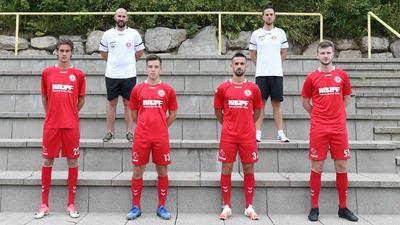 Neuzugänge beim SV Bühlertal: Jonas Schneider, Nicolas Weis, Jonathan Steinmann und Gregor Dörflinger  (vorne von links) mit dem neuen Co-Trainer Christian Meier und Chefcoach Johannes Hurle (hinten von links).