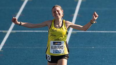 Leichtathletik: Deutsche Meisterschaft, DM, Eintracht Stadion. 3000 m Hindernis, Finale, Frauen. Elena Burkard jubelt beim Zieleinlauf. +++ dpa-Bildfunk +++