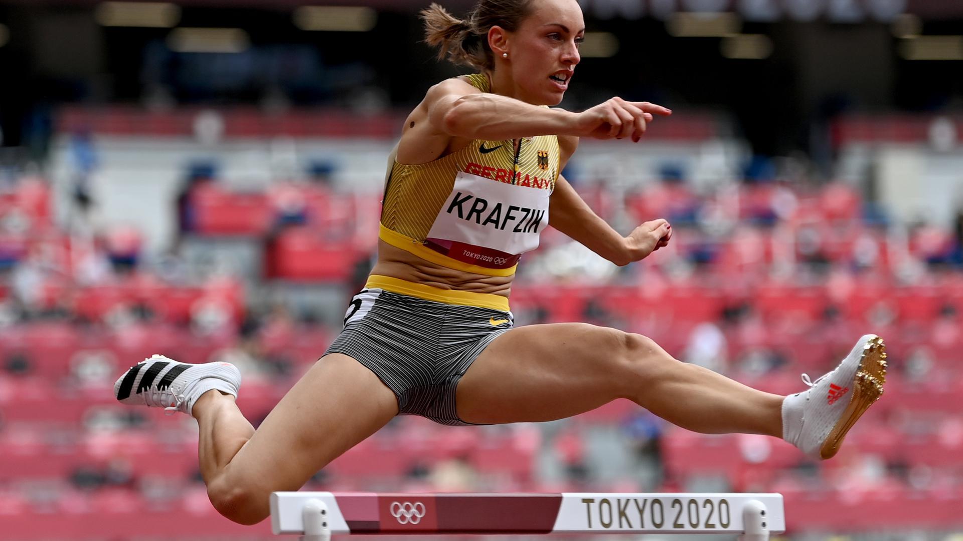 Leichtathletik: Olympia, Frauen, 400 m Hürden, Vorläufe im Olympiastadion. Carolina Krafzik von Deutschland in Aktion. +++ dpa-Bildfunk +++
