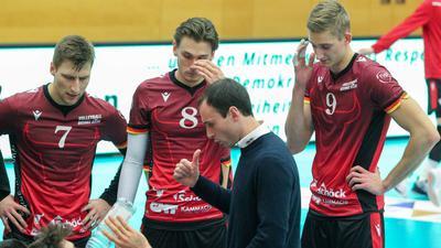 Leer ausgegangen: Trainer Alejandro Kolevich (vorne), Trainer des Volleyball-Bundesligisten Bisons Bühl, musste mit seinen Spielern Edvinas Vaskelis (von links), Paul Henning und Mathäus Jurkovics in Düren eine klare Niederlage hinnehmen.