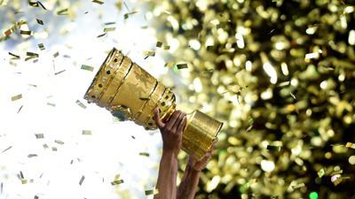 ILLUSTRATION - ARCHIV - Fußball DFB-Pokal - Finale: Borussia Dortmund - VfL Wolfsburg am 30.05.2015 im Olympiastadion in Berlin. Ein Wolfsburger hält den DFB-Pokal hoch. Am 08.08.2015 geht der DFB-Pokal in die 1. Runde. Foto: Maurizio Gambarin/dpa (zu dpa-Meldung: «Hoher Promi-Auflauf und viele Millionen: Löw sieht Chance für Hertha» vom 19.04.2016) +++(c) dpa - Bildfunk+++ | Verwendung weltweit