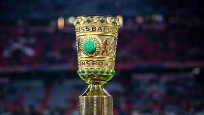 Fußball: DFB-Pokal, Bayern München - 1899 Hoffenheim, Achtelfinale in der Allianz Arena. Der DFB-Pokal steht vor Spielbeginn während eines Interviews am Spielfeldrand. (zu dpa: «DFB-Pokal-Auslosung am Sonntag») +++ dpa-Bildfunk +++
