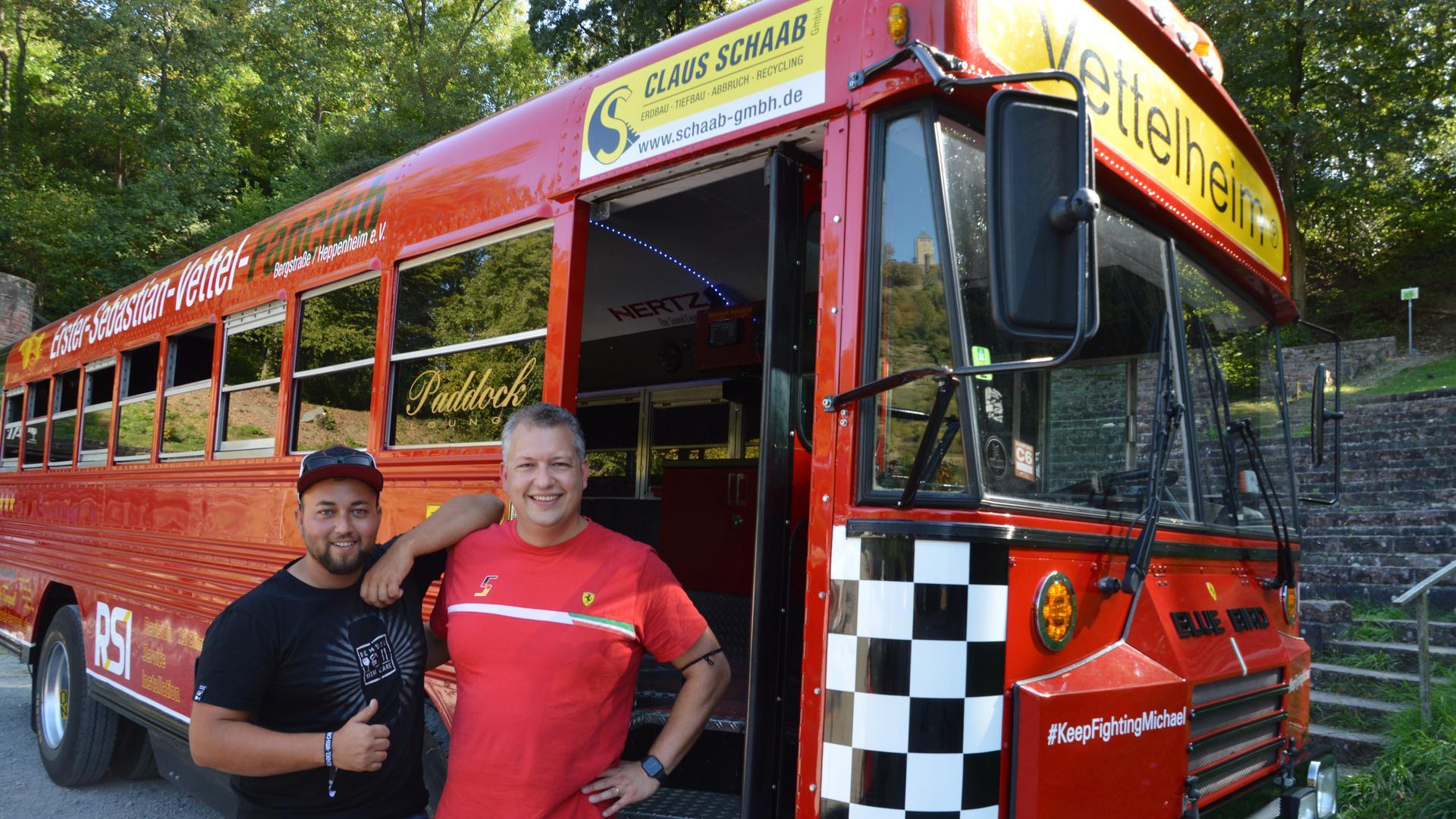 """Vettel-Fanbus mit Aufschrift """"Vettelheim"""" und den beiden Fanclub-Vorsitzenden Toni Nicklisch und Matthias Bendt."""
