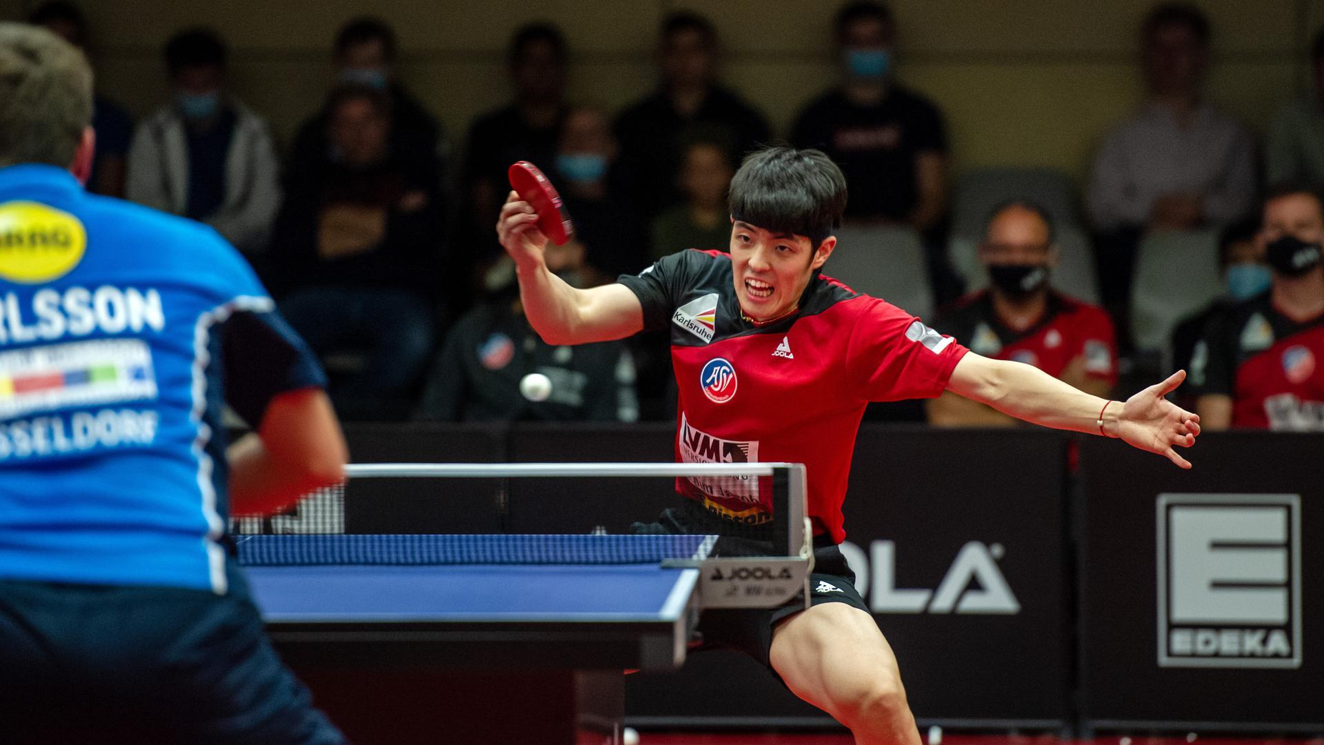 Dang Qiu (Gruenwettersbach) rechts, gegen Kristian Karlsson (Duesseldorf).