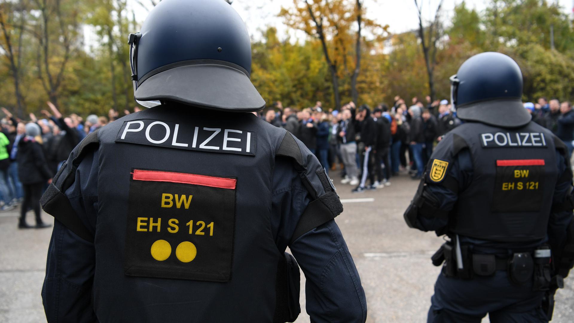 Polizisten beobachten Marsch von KSC-Anhängern beim Zweitliga-Derby beim VfB Stuttgart