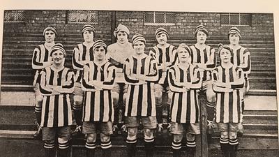 Frauenfußballmannschaft mit Streifentrikos 1917